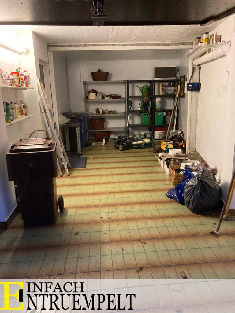 Das Bild zeigt eine große Garage mit normalem Hausrath. Haus verkaufen Viersen