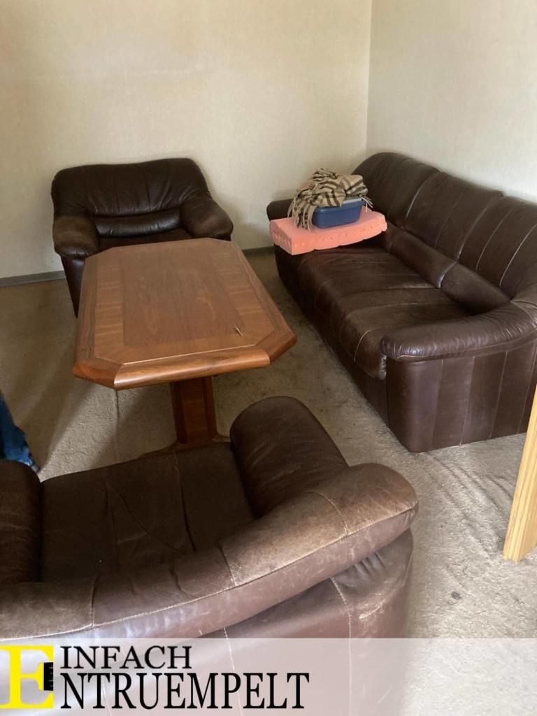 Ledercouch mit Sessel und Tischeinfach entruempelt in wesseling
