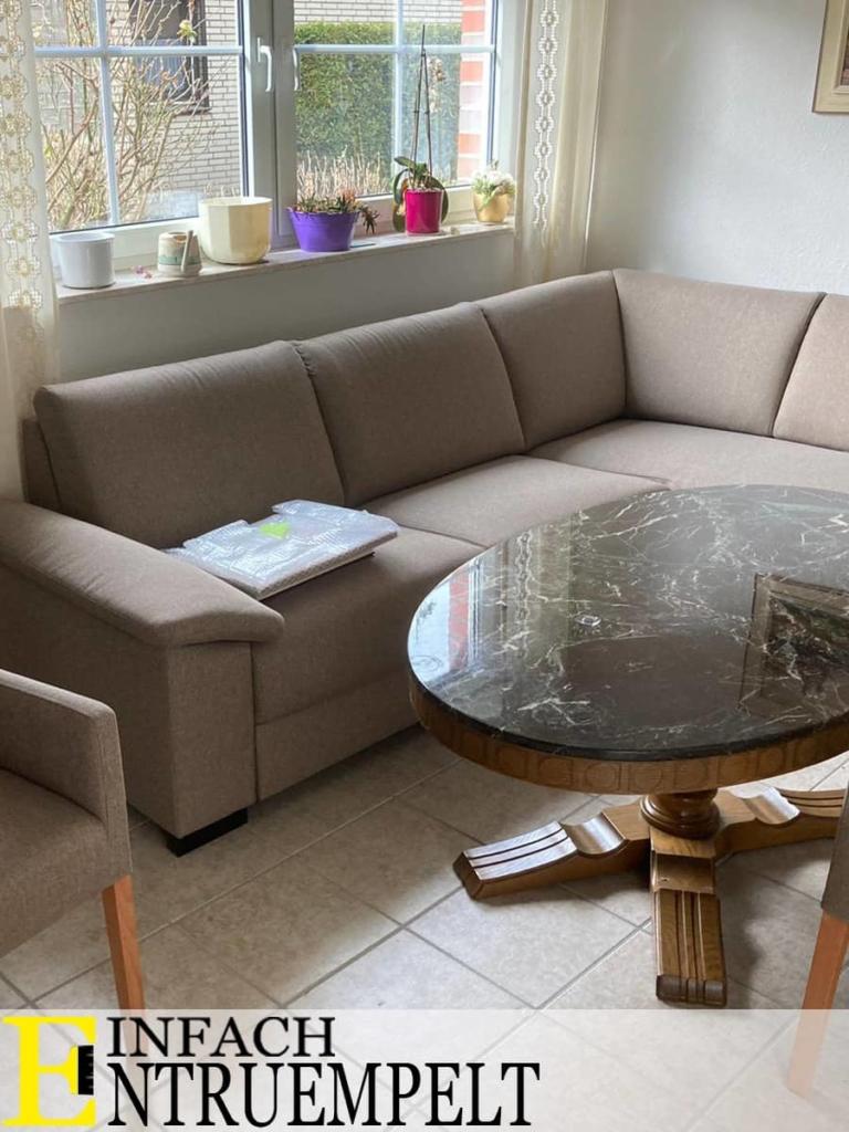 Besenreine Übergabe. Sofa und Wohnzimmertisch werden uebernommen